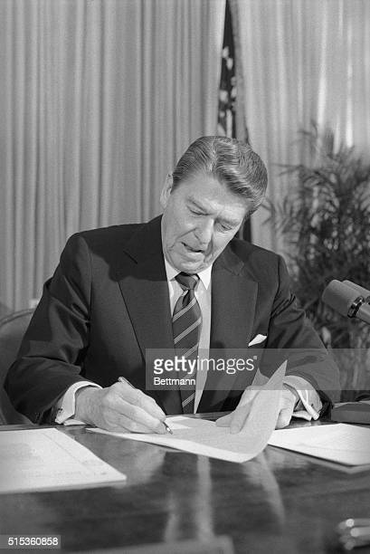 Washington: President Reagan vetoes the farm bill 3/6 in the Oval Office of the White House. It is the first veto of his second term. Reagan...