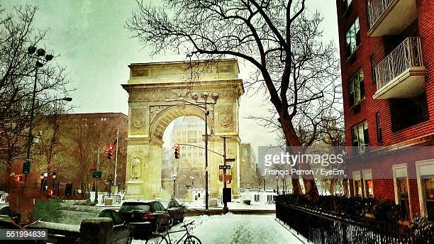 washington square arch in snow - washington square park stock pictures, royalty-free photos & images