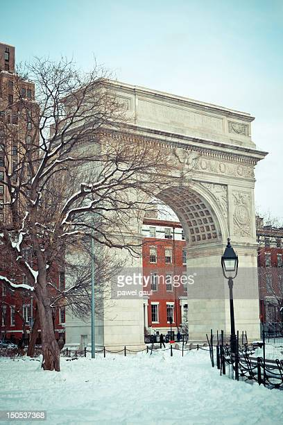 washington square arch in winter - washington square park stock pictures, royalty-free photos & images