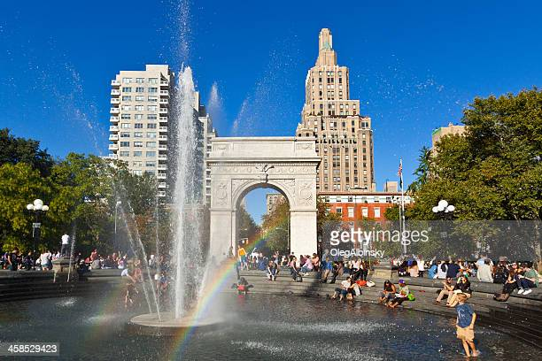 washington square park, arch, fountain, new york. clear blue sky. - washington square park stock pictures, royalty-free photos & images