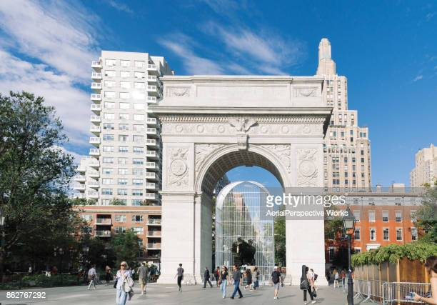 washington square park, arch, fountain, new york - washington square park stock pictures, royalty-free photos & images
