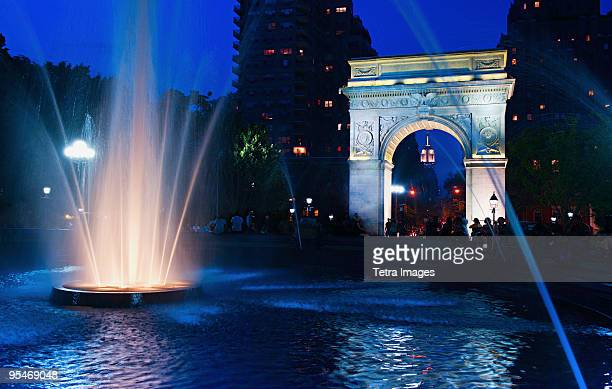 washington square park arch - washington square park stock pictures, royalty-free photos & images