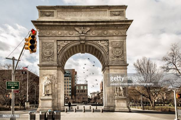 washington square park monument - boog architectonisch element stockfoto's en -beelden