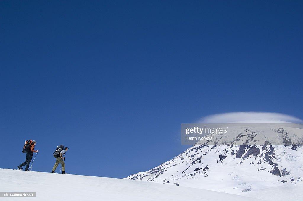USA, Washington State, Cascade Mountains, two hikers walking on mountain ridge, side view : Stock-Foto