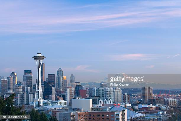 USA, Washington State, Seattle skyline and Mount Rainier