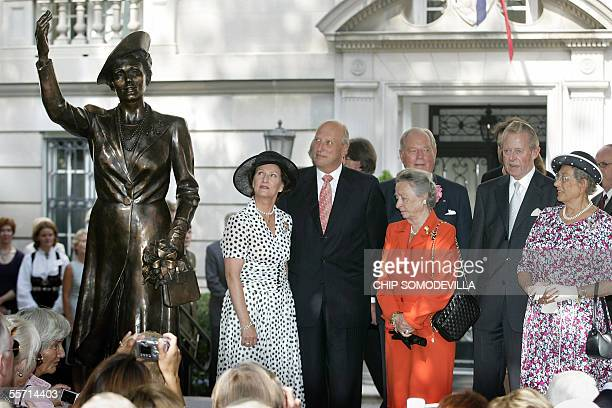 Washington, UNITED STATES: From L to R, Queen Sonja, King Harald V, Princess Ragnhild and her husband Erling Lorentzen, Johan M. Ferner and his wife...