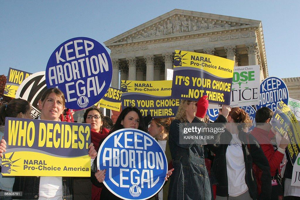 Pro-choice demonstrators wave signs in f : Fotografía de noticias