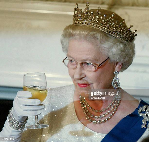 Washington, UNITED STATES: Queen Elizabeth II toasts US President George W. Bush after remarks at the start of a White House State Dinner for the...