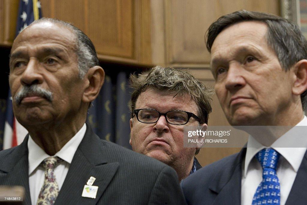 US movie maker Michael Moore (C) listens... : News Photo