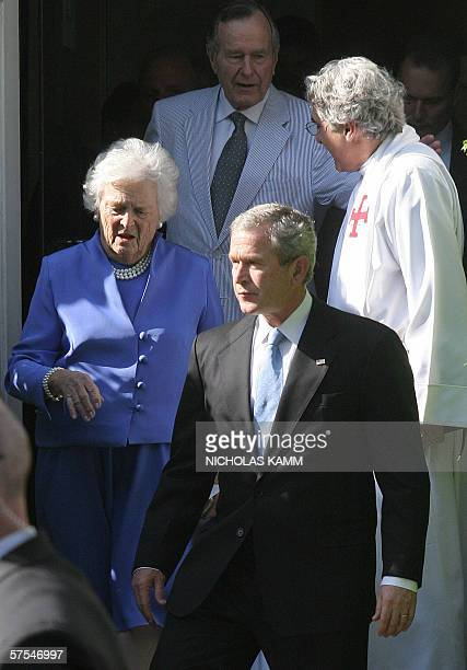 Washington, UNITED STATES: US President George W. Bush , his mother Barbara walk down the steps while his father former president George H.W. Bush...