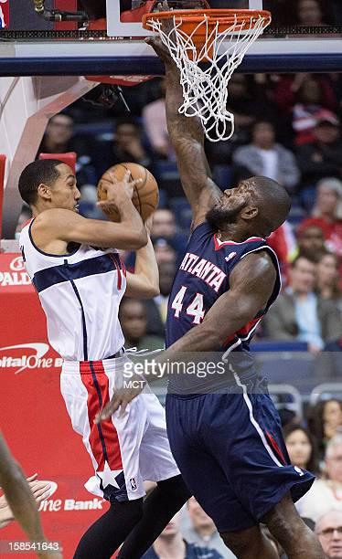 Washington Wizards point guard Shaun Livingston passes the ball around Atlanta Hawks power forward Ivan Johnson during the first half of their game...