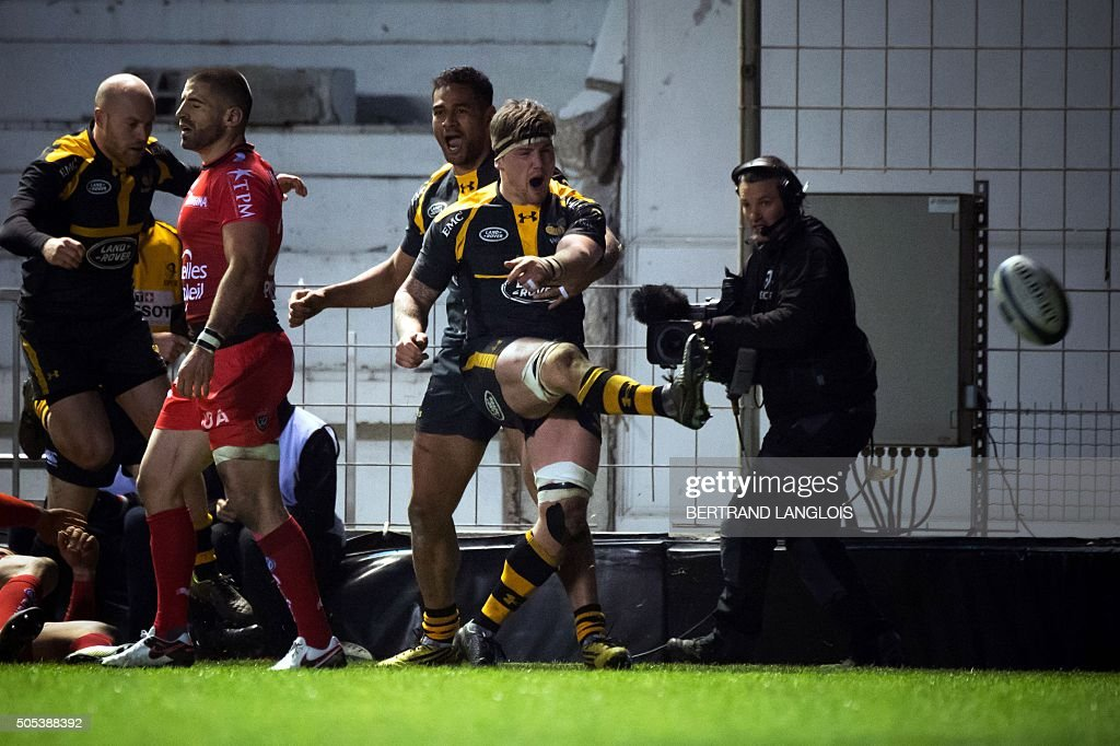 Wasps' English flanker Guy Thompson (R) celebrates after scoring a try during the European Champions Cup rugby union match RC Toulon vs Wasps on January 17, 2016 at the Mayol stadium in Toulon, southeastern France.