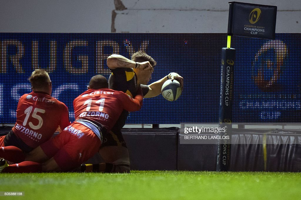 Wasps' English flanker Guy Thompson (UP) scores a try despite RC Toulon's South African winger Bryan Habana during the European Champions Cup rugby union match RC Toulon vs Wasps on January 17, 2016 at the Mayol stadium in Toulon, southeastern France.