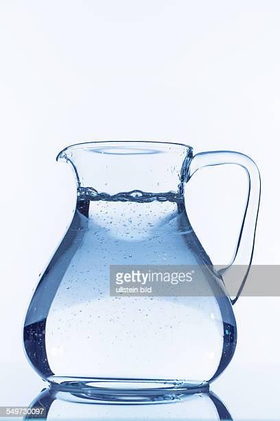 Wasser in einer Karaffe Symbolfoto für Trinkwasser Fülle Bedarf und Verbrauch