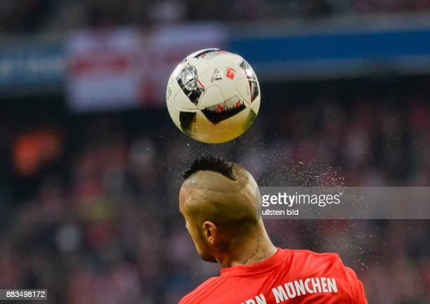 Wasser spritzt vom Kopf von Arturo Vidal nach einem Kopfball waehrend dem Fussball Bundesliga Spiel FC Bayern Muenchen gegen TSG Hoffenheim am 1...