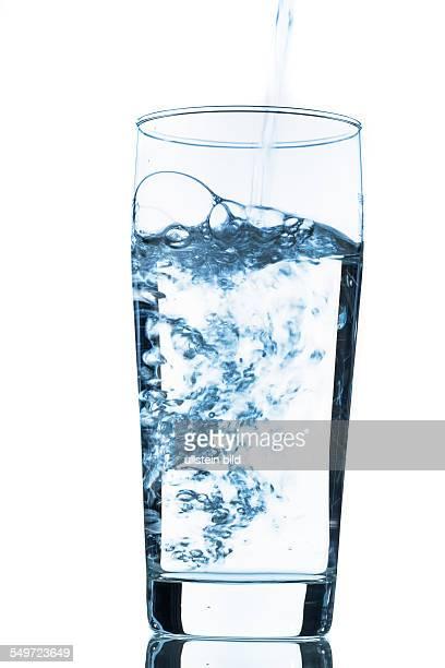 Wasser wird in ein Glas gegossen Symbolfoto für Trinkwasser Frische Bedarf und Verbrauch