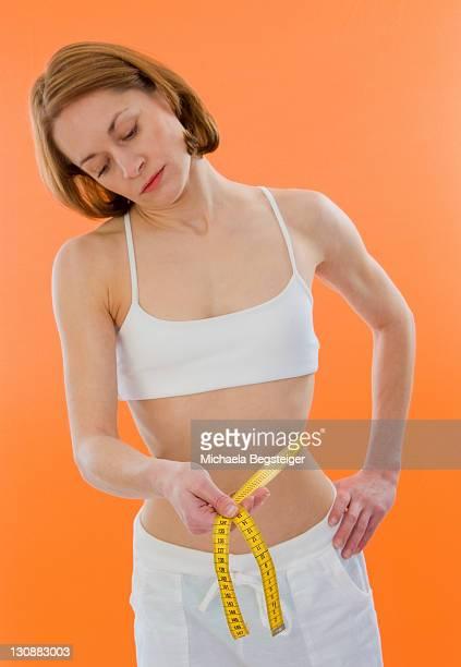 waste measuring - anorexia nervosa fotografías e imágenes de stock
