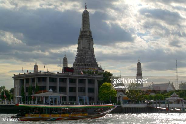 wat arun in bangkok - gwengoat stock pictures, royalty-free photos & images