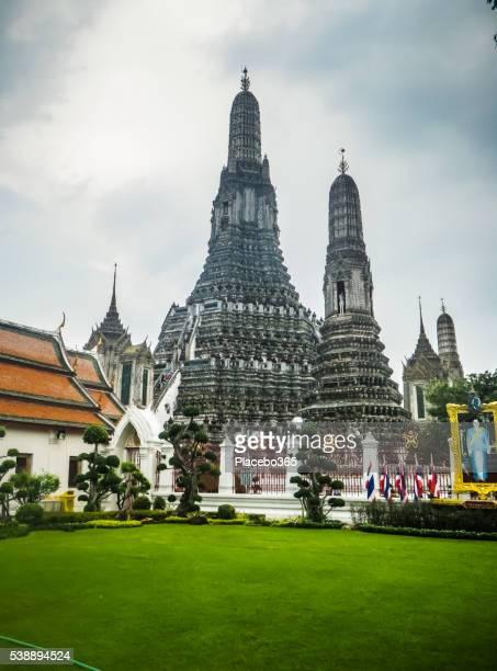 wat arun, prang, temple of the dawn, bangkok, thailand - mount meru stock photos and pictures