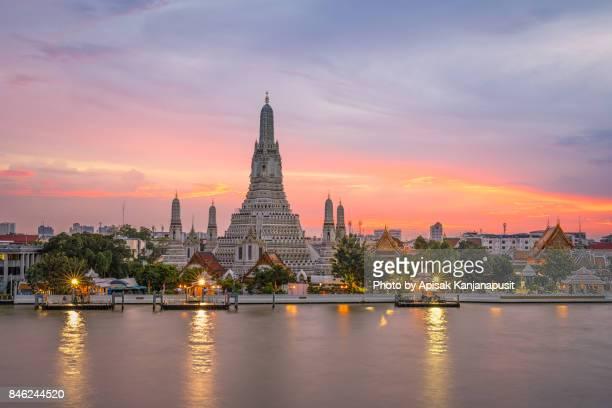 wat arun ratchawararam ratchawaramahawihan (temple of dawn) main pagoda after renovation in 2017 - bangkok province stock pictures, royalty-free photos & images