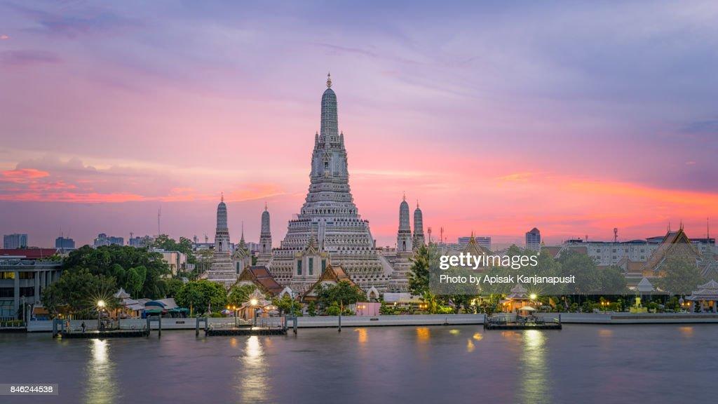 Wat Arun Ratchawararam Ratchawaramahawihan (Temple of Dawn) Main pagoda after renovation in 2017 : Foto de stock