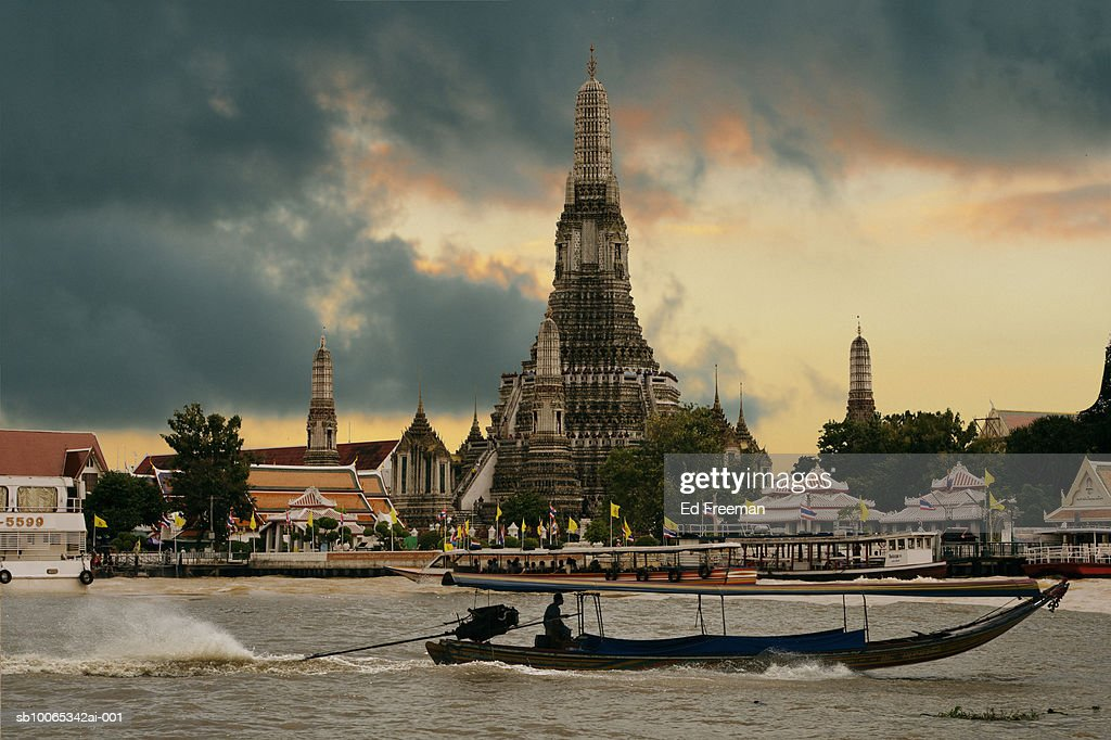 Wat Arun seen from Chao Praya River : Foto stock