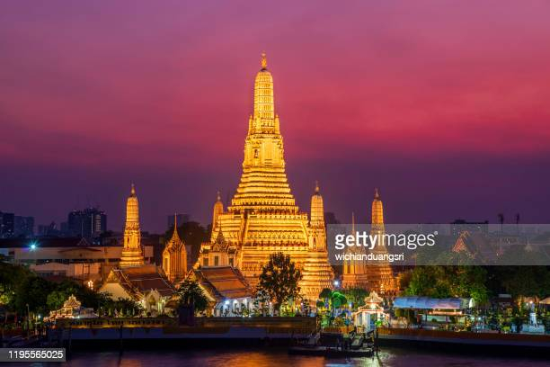 wat arun temple at sunset in bangkok, thailand - バンコク ストックフォトと画像