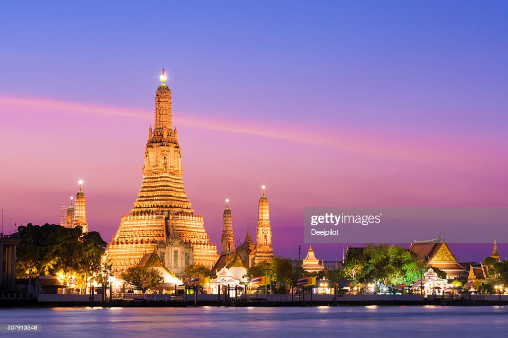 Templo de Wat Arun al anochecer en Bangkok, Tailandia : Foto de stock