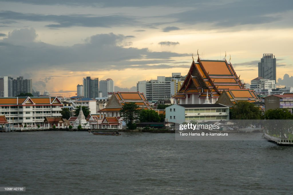 Wat Kalayanamit Woramahawihan Buddhist temple and Chao Phraya River in Bangkok in the sunset : Foto de stock