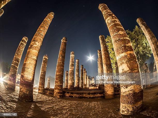 wat mahathat at night time - sukhothai stockfoto's en -beelden