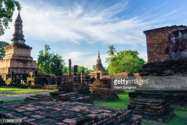 wat mahathat temple at sukhothai historical park, the old town of thailand in 800 years ago. - sukhothai stockfoto's en -beelden
