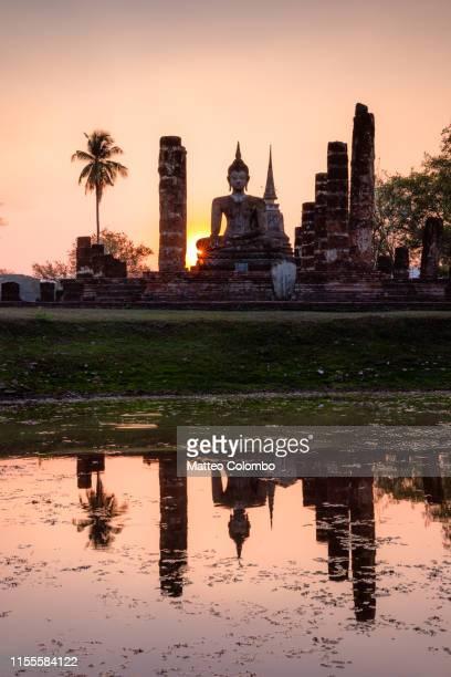 wat mahathat temple at sunset, sukhothai, thailand - sukhothai stockfoto's en -beelden