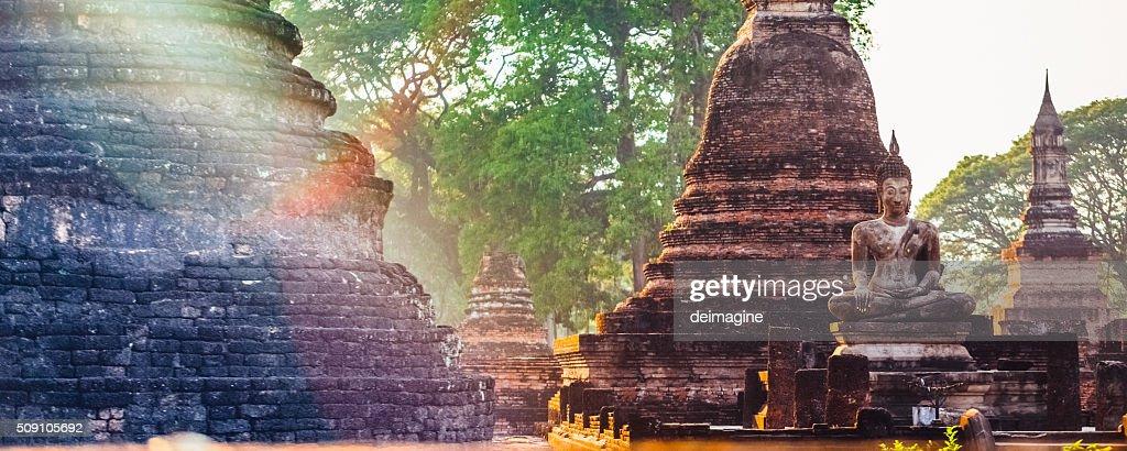 Templo de Wat Tailandia, Asia durante crepúsculo, Sukhothai, Tailandia : Foto de stock