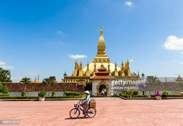 wat pha that luang golden stupa - laotian culture stock pictures, royalty-free photos & images