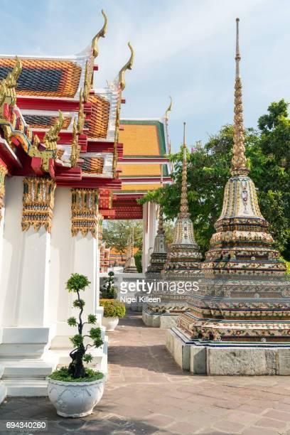 wat pho, bangkok - ponto turístico local - fotografias e filmes do acervo