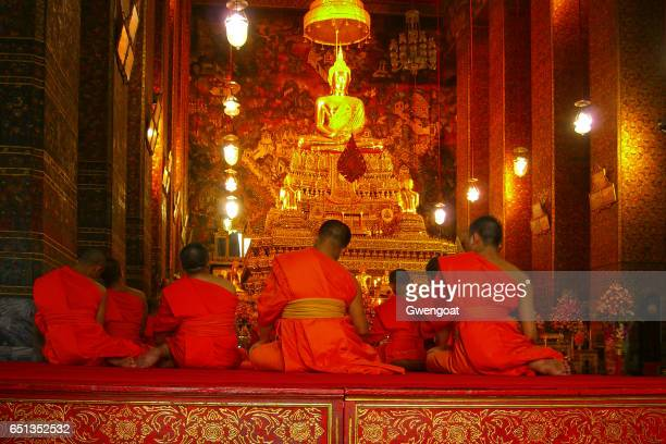 wat pho in bangkok - gwengoat stock pictures, royalty-free photos & images