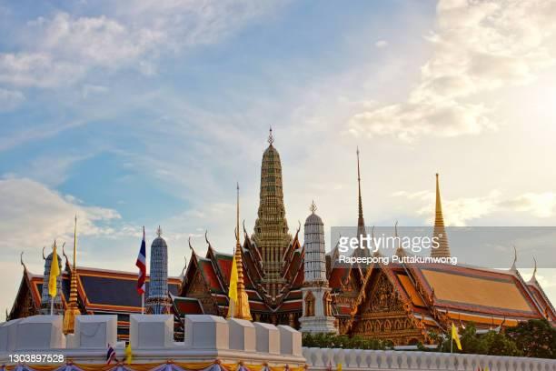 wat phra kaew temple of the emerald buddha bangkok thailand - palace stock pictures, royalty-free photos & images