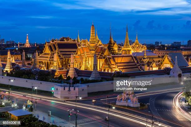 wat phra kaew, temple of the emerald buddha, grand palace at twilight in bangkok, thailand. - grand palace bangkok stock pictures, royalty-free photos & images