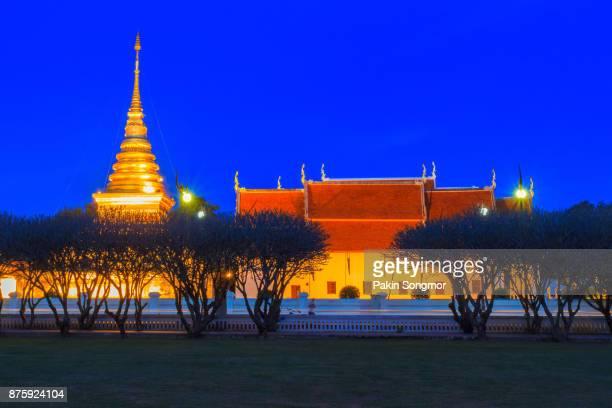 wat phra that chang kham in twilight time, nan province, thailand - sukhothai stockfoto's en -beelden