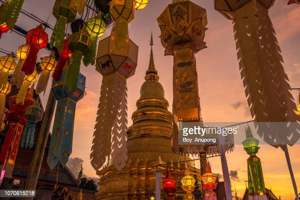 wat phra that hariphunchai at sunset, an iconic buddhist pagoda in lamphun province, thailand. - lanna stock pictures, royalty-free photos & images