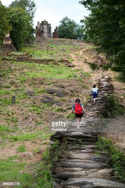 wat saphan hin in sukhothai - gwengoat stockfoto's en -beelden