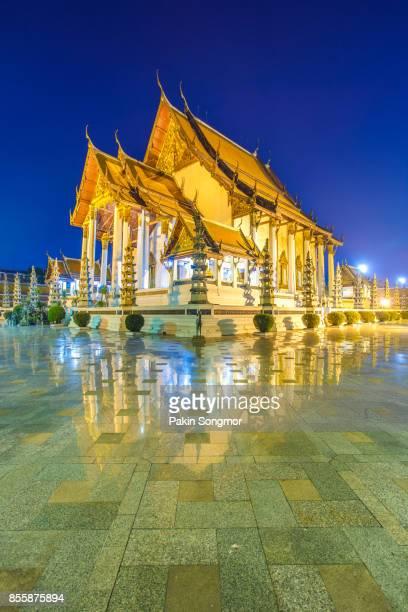 wat suthat thepphawararam with blue sky at twilight time background in bangkok of thailand - sukhothai stockfoto's en -beelden
