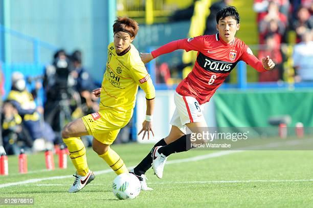 Wataru Endo of Urawa Red Diamonds and Yuki Otsu of Kashiwa Reysol compete for the ball during the JLeague 2016 match between Kashiwa Reysol and Urawa...