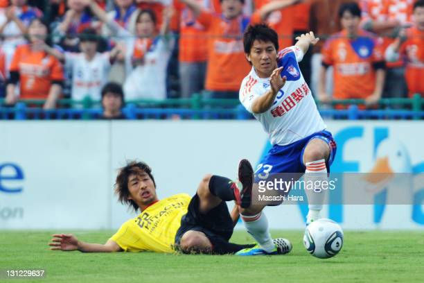 Wataru Hashimoto of Kashiwa Reysol and Atomu Tanaka of Albirex Nigata compete for the ball during JLeague match between Kashiwa Reysol and Albirex...