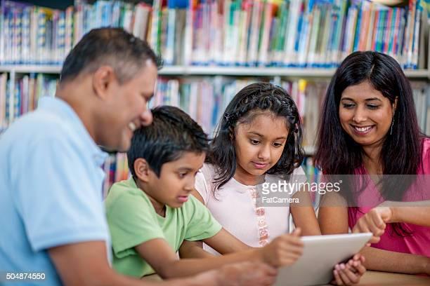 ながら、教育ビデオ、デジタルタブレットを持っている