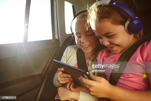 watching cartoons on their car trip - activiteit stockfoto's en -beelden