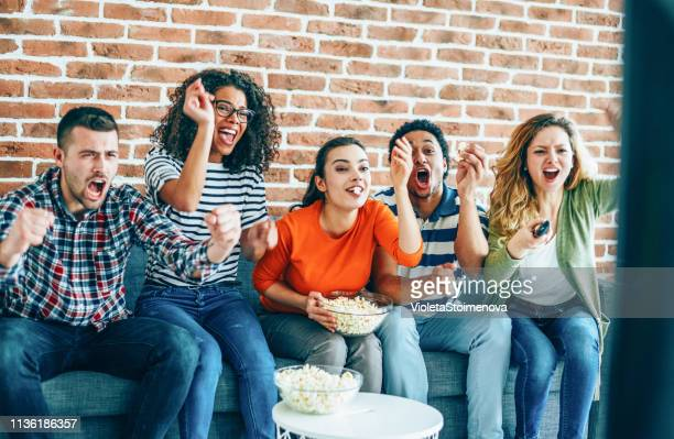 watching football world cup with friends - match sport imagens e fotografias de stock