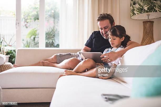Rire en regardant la vidéo avec son père
