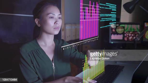 hologram-gegevens bekijken - digital viewfinder stockfoto's en -beelden