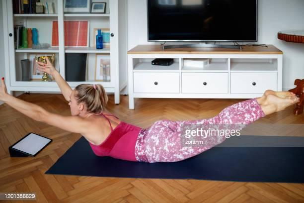ver tutorial en línea y hacer ejercicio - acostado boca abajo fotografías e imágenes de stock